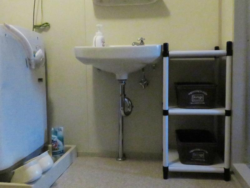 洗面台横スペースにラックを作成
